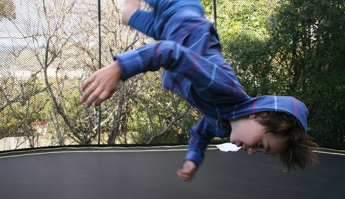 chlapec na trampolíně