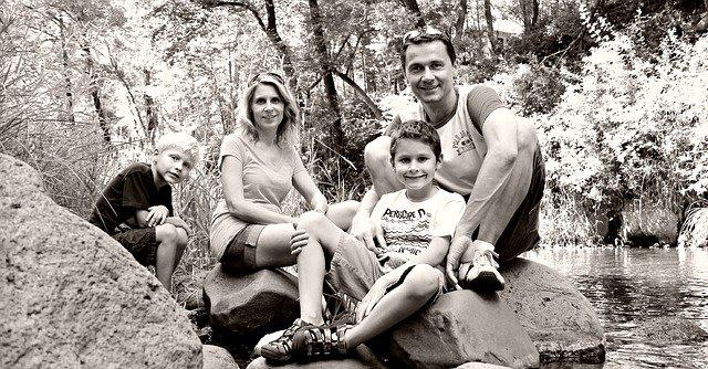 rodina u řeky