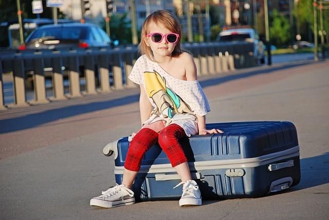 dítě na kufru