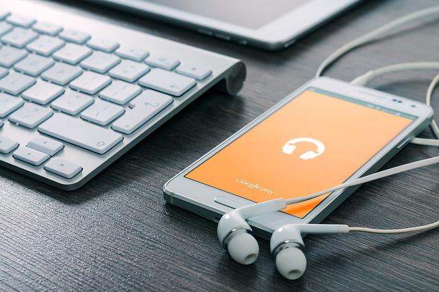sluchátka u mobilu
